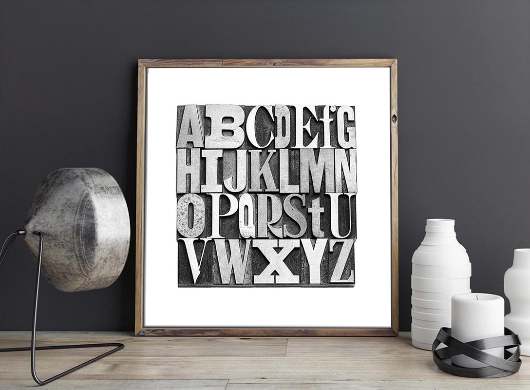 Czarno Biały Plakat Czcionka Gutenberga monochromatyczna grafika na bazie fotografii autentycznych czcionek zecerskich o różnym kroju. Idealna, stonowana i subtelna dekoracja do pokoju bibliofila, nałogowego czytelnika, kawiarni lub księgarni.