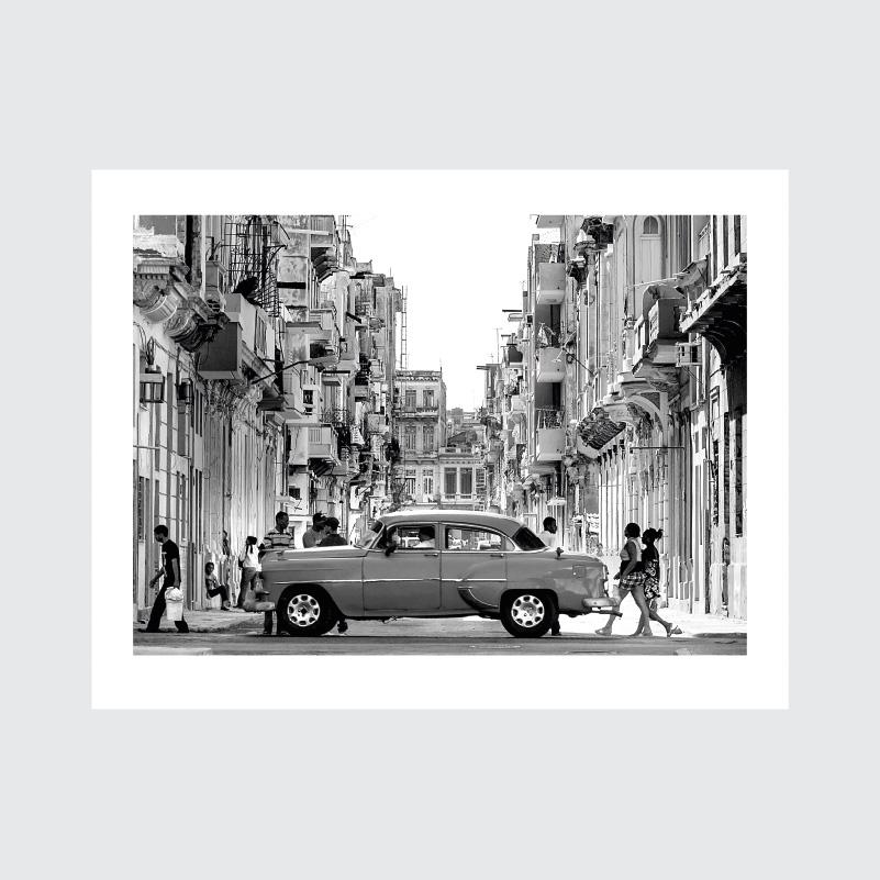 Plakat z Kuby, stare samochody na Kubie, Oldsmobiles, zabytkowe auta, uliczka Havany, riksze czarno biała fotografia z Kuby, plakaty sklep Cuba Havana